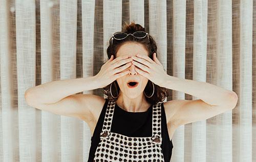 אישה מסתירה את עיניה