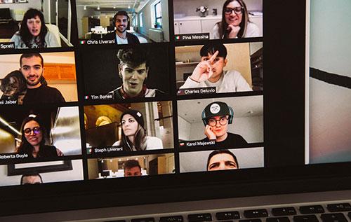 פגישת זום - מסכים של של אנשים מתרגים תרגול עיניים לשיפור הראייה